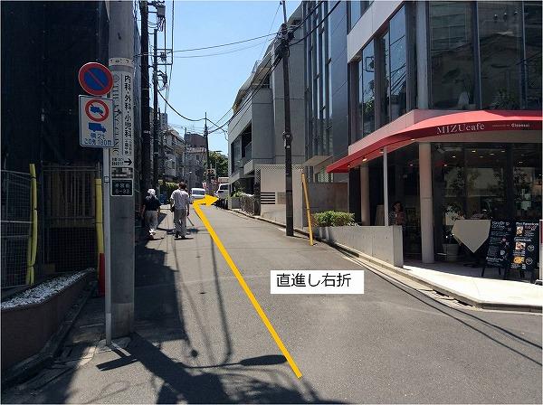 カフェ手前左折後直進すると右側に駐車場があります。