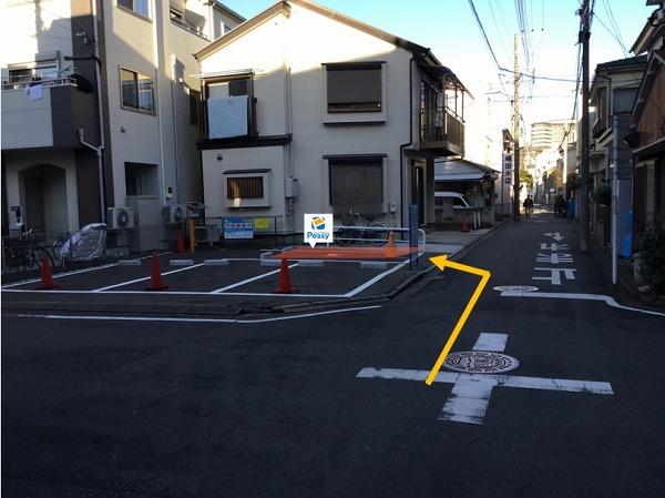 通りを左折し敷地内に入る。