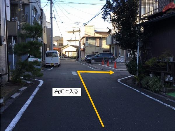 右折して駐車場の前面道路に入ります。