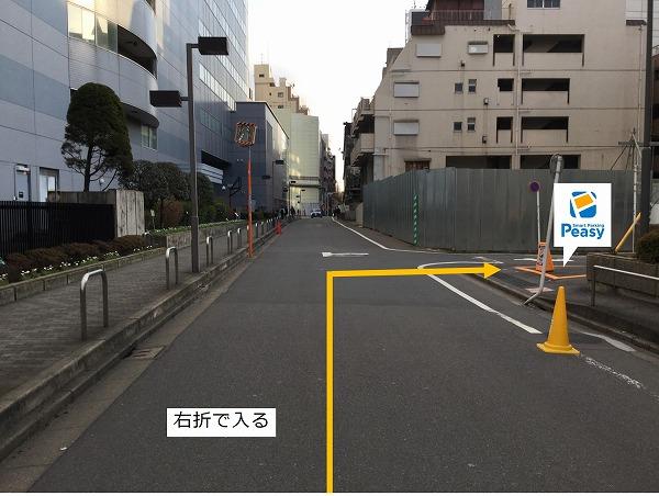 通りを右折して駐車場の敷地内に入ります。