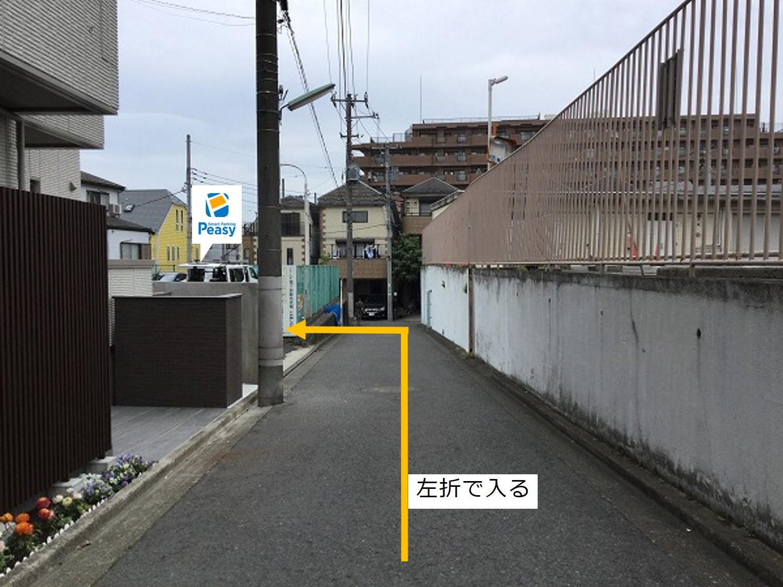 通りを右折 駐車場敷地内に入る。