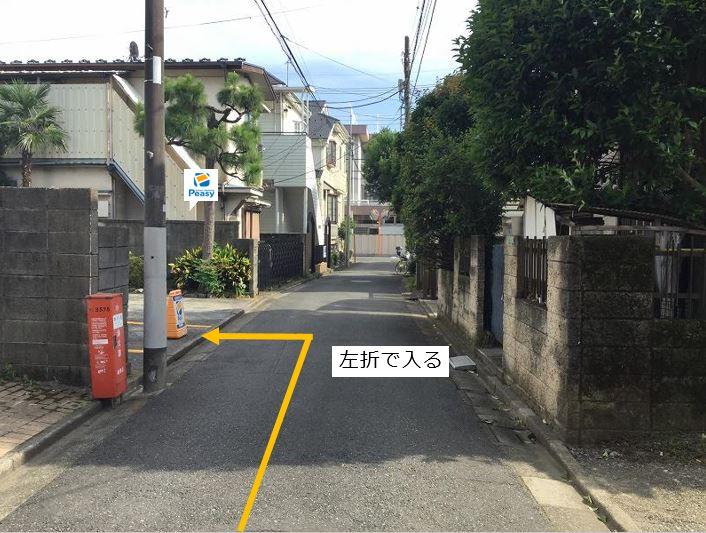 通りを左折し駐車場敷地内に入ります。左折経路に車両進入禁止の時間帯がある為、ご利用時はご注意下さい。(車両通行禁止時間帯:平日7:30~9:00)