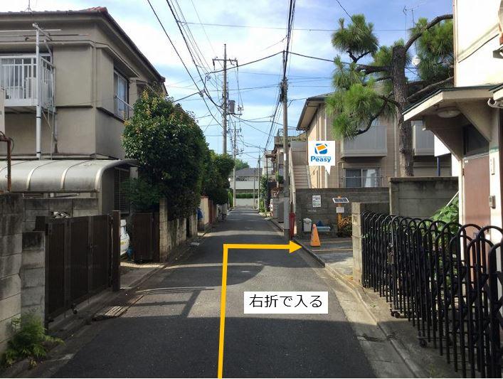 通りを右折し駐車場敷地内に入ります。右経路に車両進入禁止の時間帯がある為、ご利用時はご注意下さい。(車両通行禁止時間帯:平日7:30~9:00)