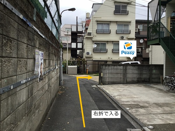 通り右折し駐車場敷地内に入ります。 駐車場前面道路は一方通行の為、左折からの駐車はできません。