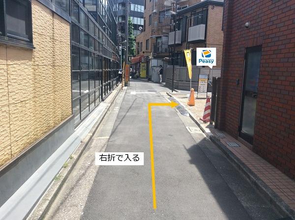右折して駐車場敷地に入る。突き当たりは通行止めの為、左折入庫の経路はありません。(車両通行禁止時間帯:7:30~9:30)