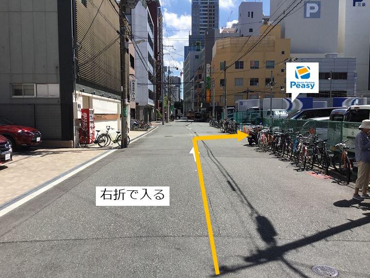通りを右折して駐車場敷地内に入ります。駐車場前面道路は一方通行になるので左折からの入庫はできません。