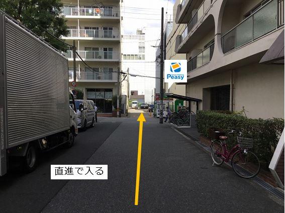 通りを直進し駐車場敷地内に入ります。