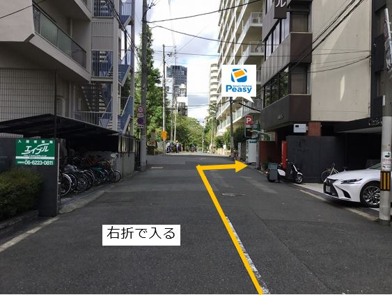 通りを右折し駐車場敷地内に入ります。前面道路は一方通行になるので左折からの入庫はできません。