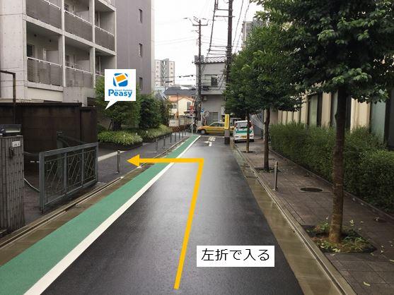 通りを左折し駐車場敷地内に入ります。前面道路は一方通行のため、右折入庫の経路はありません。(車両通行禁止時間帯:平日7:30~8:30)