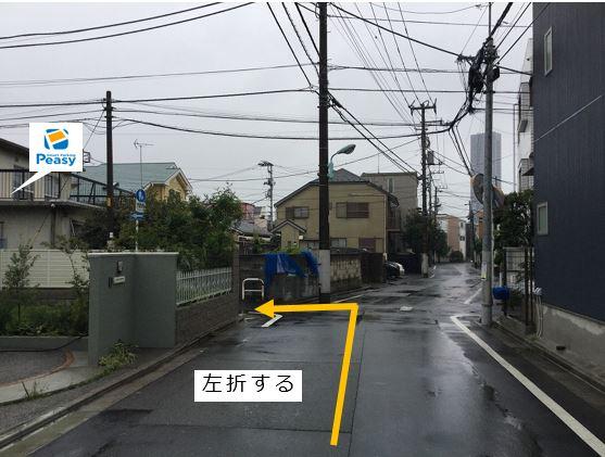 通りを左折して前面道路に入ります。駐車場前面道路は平日の7:30~9:00まで車両通行禁止ですので、ご利用時はご注意下さい。