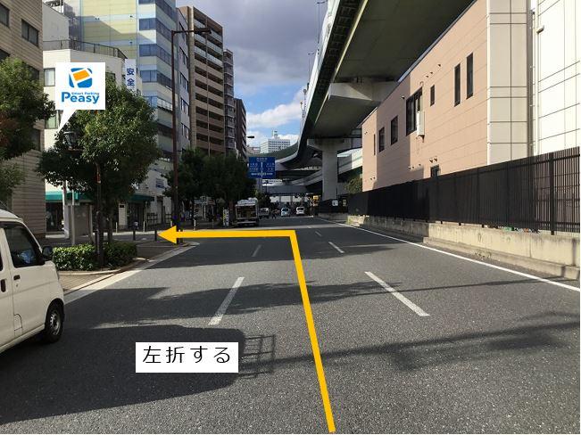 通りを左折して前面道路に入ります。