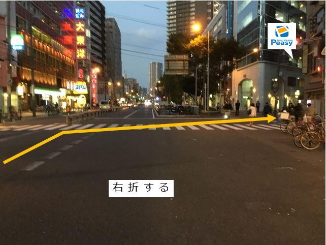 大通りを右折します。