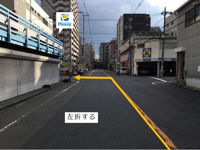 通りを左折し前面道路に入ります。