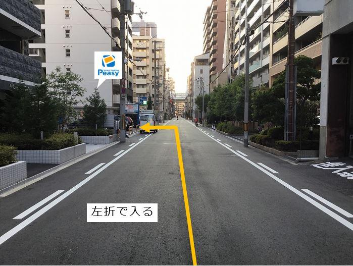通りを左折し駐車場敷地内に入ります。前面道路は一方通行のため、右折入庫の経路はありません。