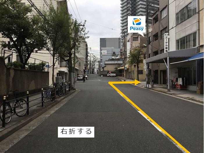 通りを右折し前面道路に入ります。