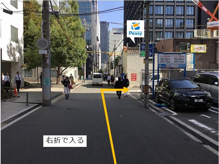 通りを右折し駐車場敷地内に入ります。前面道路は一方通行のため、左折入庫の経路はありません。