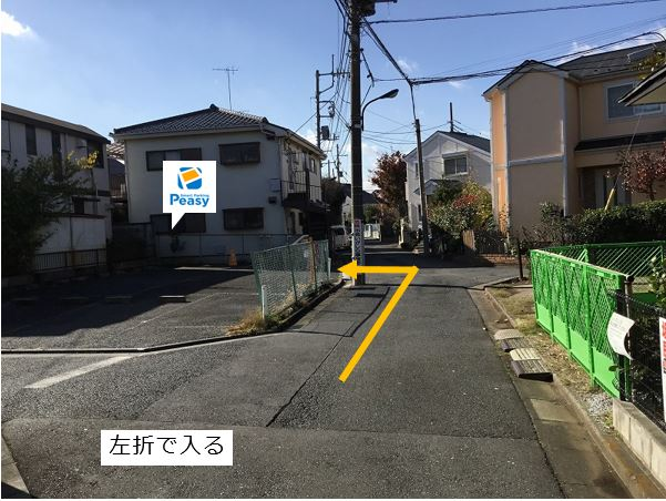 通りを左折し駐車場敷地内に入ります。