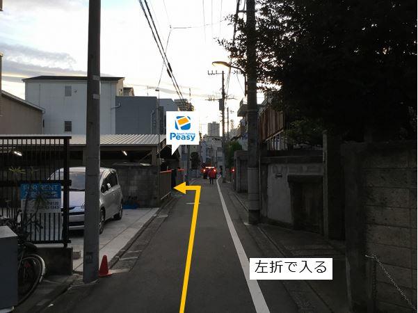 通りを左折し駐車場敷地内に入ります。車両進入禁止の時間帯にご注意下さい。(車両通行禁止時間帯:平日15:00~18:00 土日祝12:00~18:00 4日・14日・24日は9:00~19:00)