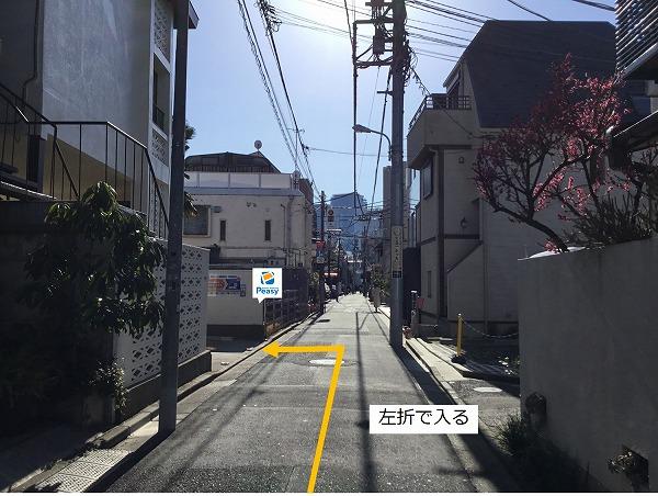 通りを左折し駐車場敷地内に入ります。 通りが一方通行な為、右折での入庫は行えません。車両通行禁止時間帯にご注意下さい。(日曜・祝日9:00~17:00)