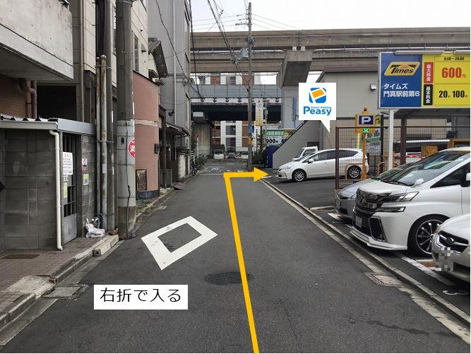 通りを右折し駐車場内に入ります。