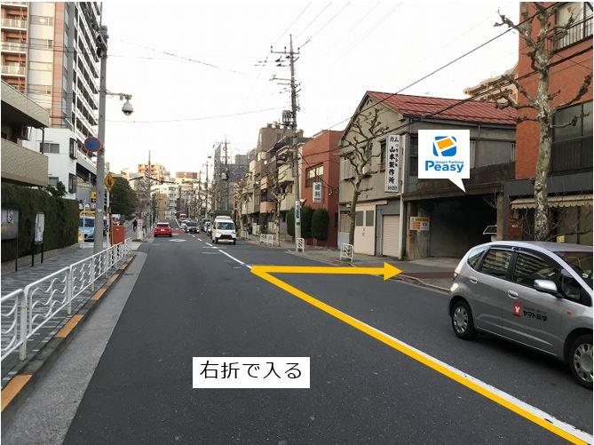 通りを右折して駐車場敷地内に入ります。