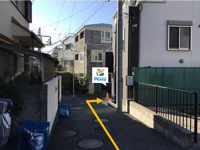 公園の脇道を進むと右手側に駐車場があります。
