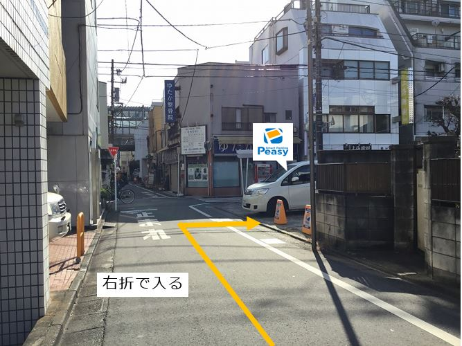 通りを右折して駐車場へ入ります。車両進入禁止時間帯にご注意下さい。(車両通行禁止時間帯:平日7:30~9:00)