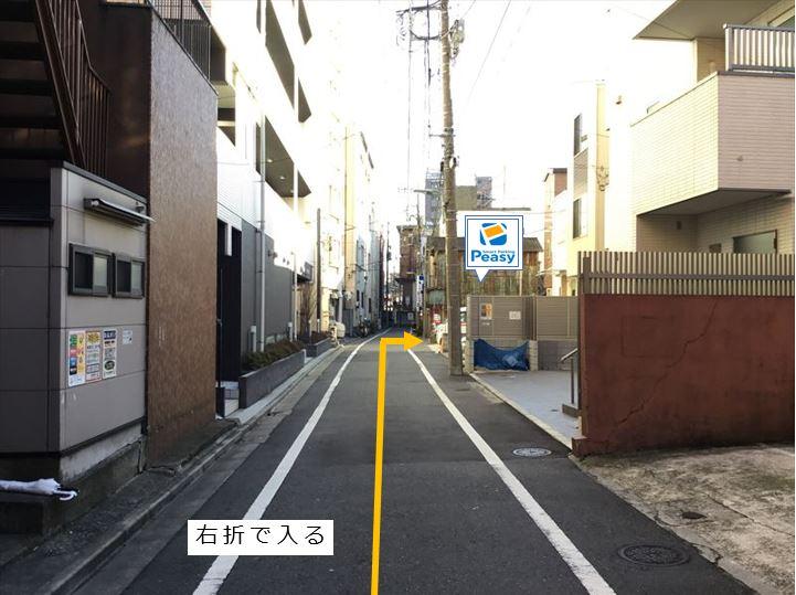 一方通行道路より右折で駐車場へ入ります。