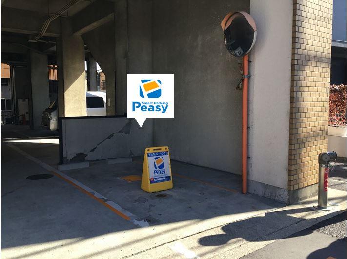 駐車車室です。入口にカーブミラーがあります。入庫の際は接触にご注意下さい。