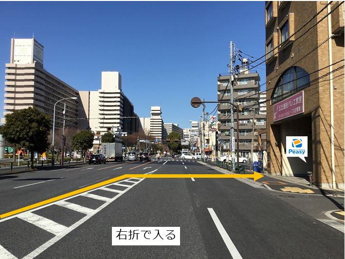 大通りを右折し駐車場敷地内に入ります。