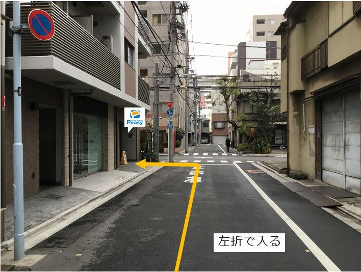 通りを左折し駐車場敷地内に入ります。前面道路は一方通行のため、他の入庫経路はありません。