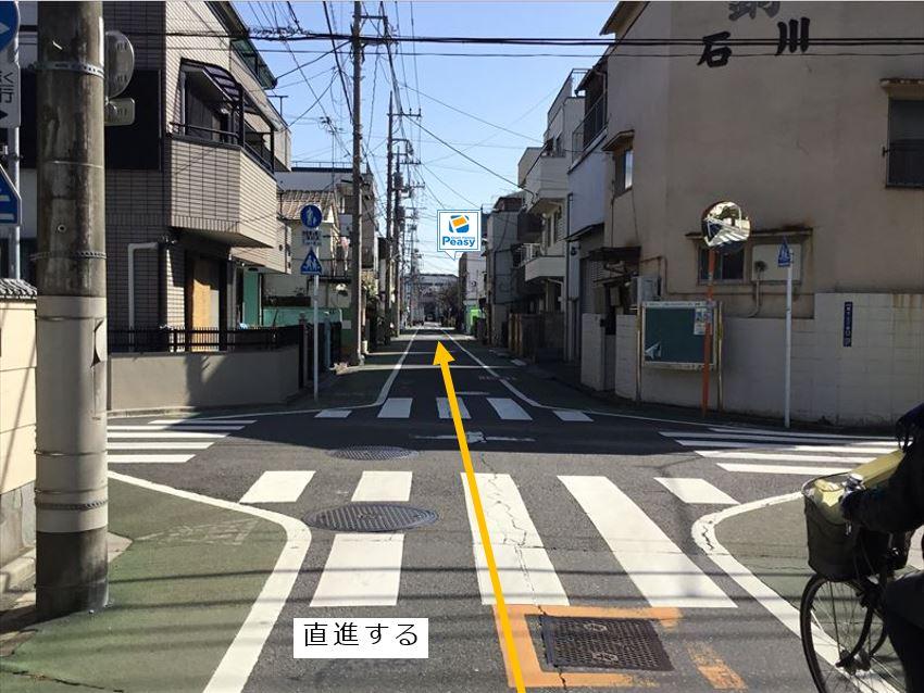 前面道路です。直進して進みます。(車両通行禁止時間帯:平日7:30~8:30)