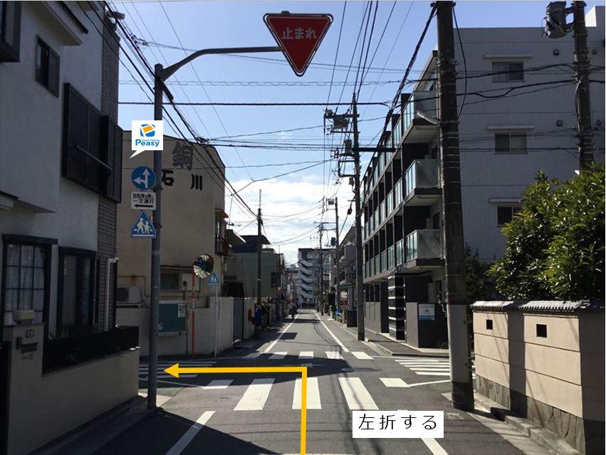 通りを左折し前面道路に入ります。(車両通行禁止時間帯:平日7:30~8:30)