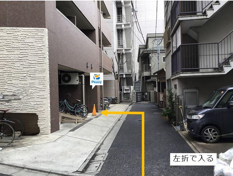 前面道路を左折して駐車場に入ります。