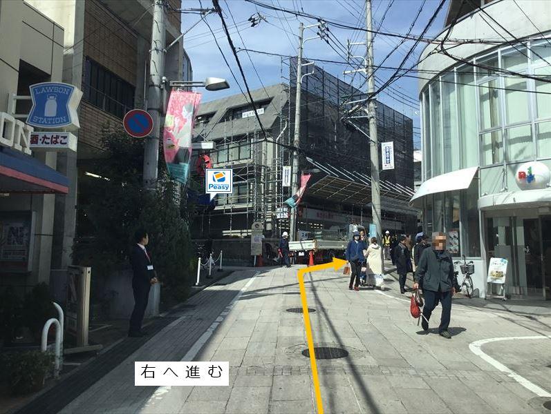 通りを右へのぼります。