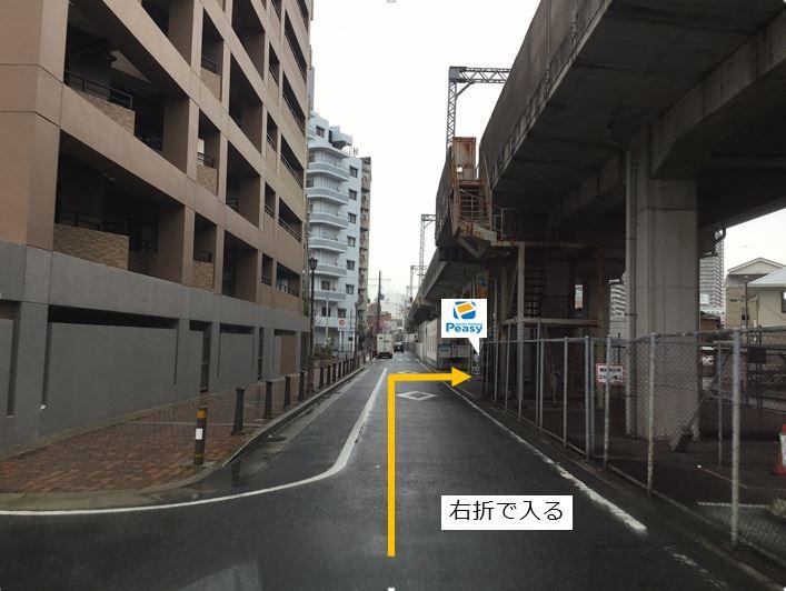 通りを右折し駐車場敷地内に入る。前面道路は一方通行のため、左折入庫の経路はありません。