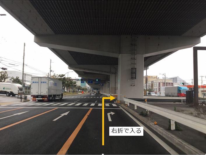 大阪方面より右折します。