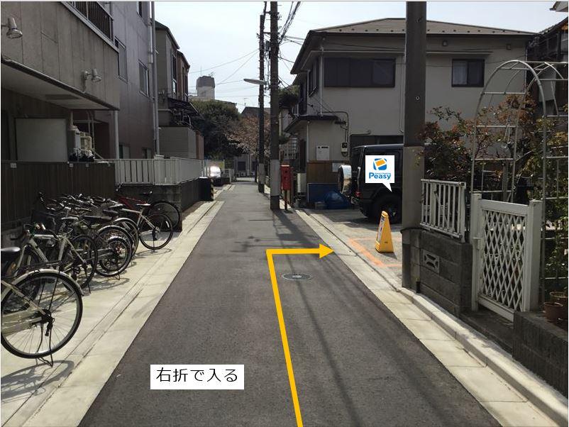 通りを右折し駐車場に入ります。