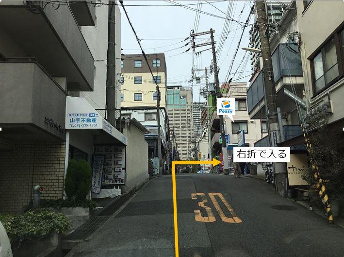通りを右折し駐車場敷地内に入ります。前面道路一歩通行の為左折入庫の経路はありません。
