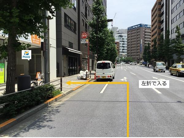 大通りを左折し駐車場敷地内に入ります。