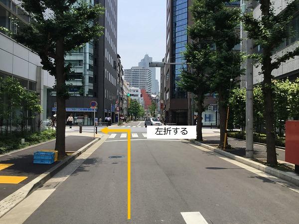 通りを左折し駐車場全面道路に入ります。