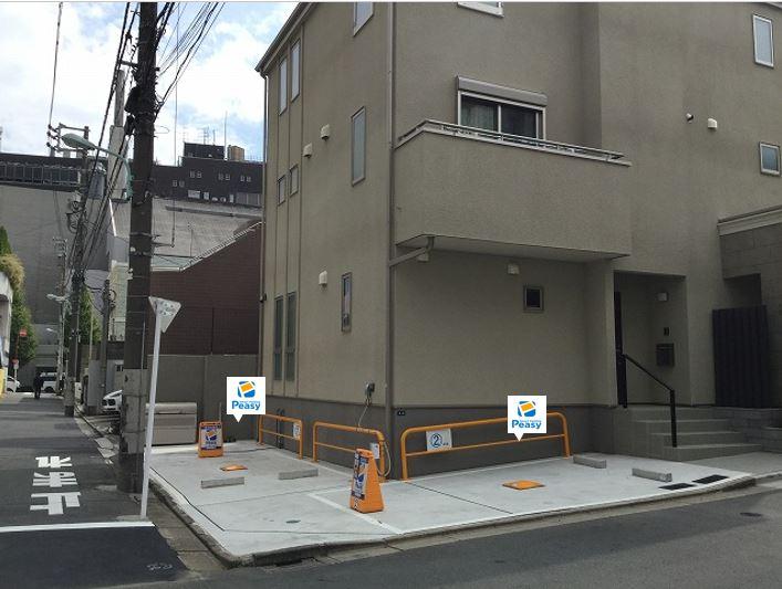 駐車場全景です。駐車場に向かって左側が1番車室、右側が2番車室となります。