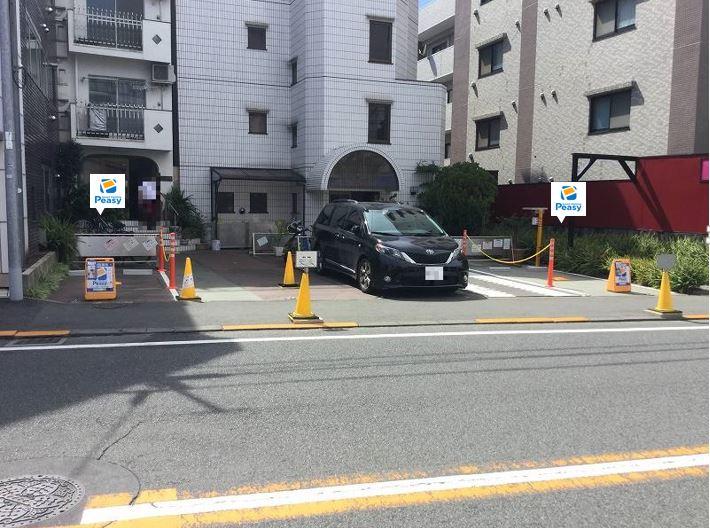 駐車場全景です。駐車場に向かって左側が2番車室、右側が8番車室となります。