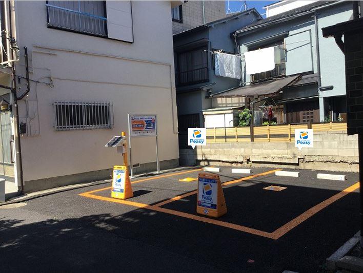 駐車場全景です。 向かって左側が1番車室、右側が2番車室です。