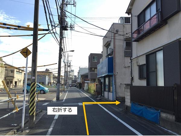 通りを右折します。 一方通行の為、左折からの進入はできません。