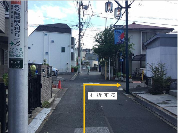 通りを右折します。前面道路一方通行の為左折入庫の経路はありません。