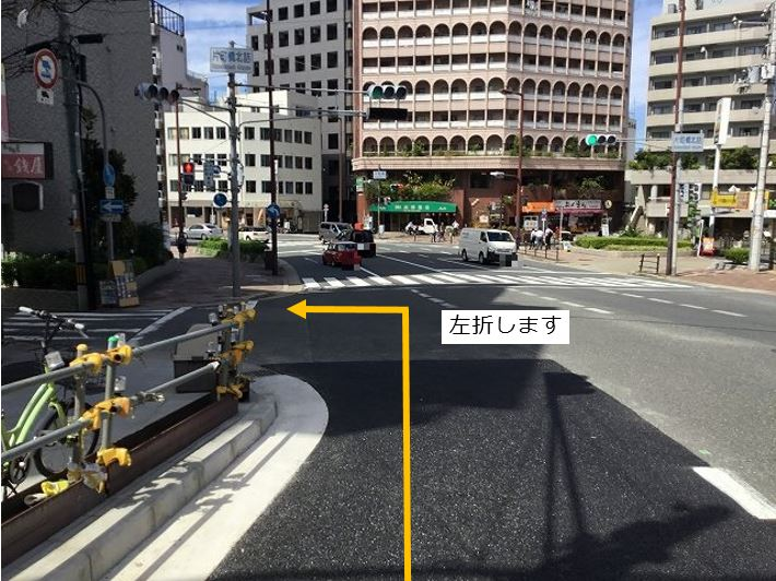 通りを左折します。前面道路一方通行の為左折入庫の経路はありません。