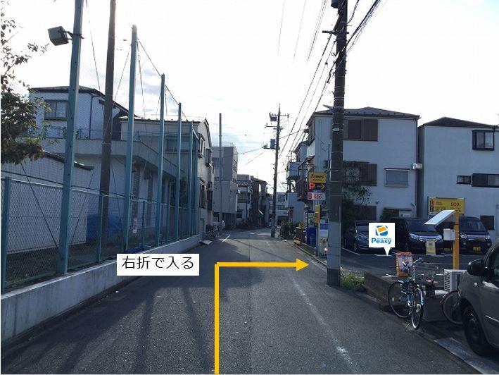 通りを右折し駐車場敷地内に入ります。前面道路一方通行の為左折入庫の経路はありません。