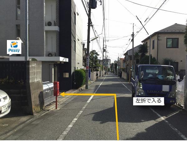 通りを左折、駐車場敷地内に入ります。