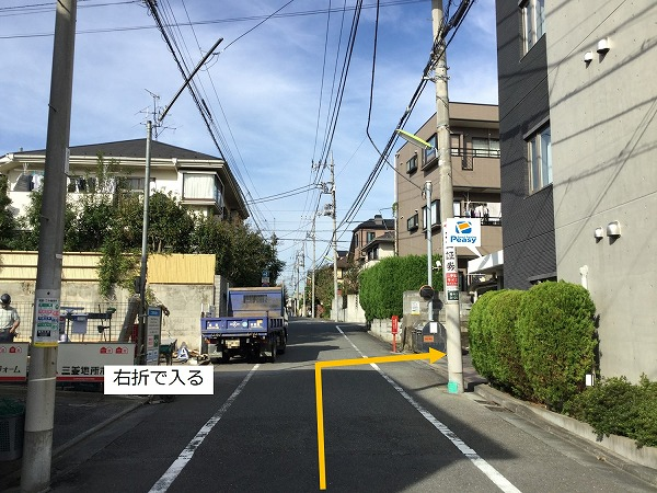 通りを右折、駐車場敷地内に入ります。
